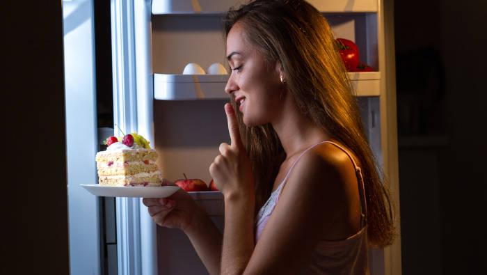 Heißhunger - nachts am Kühlschrank Ungesundes essen